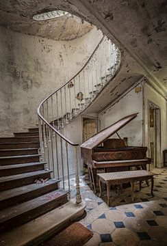 Escalier et piano dans le château abandonné von Kelly van den Brande