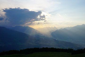 Zonnestralen tijdens zonsondergang vanaf de Patscherkofel, Innsbruck (Tirol, Oostenrijk) van Kelly Alblas
