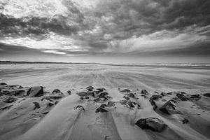 Storm op het strand 08 zwart wit