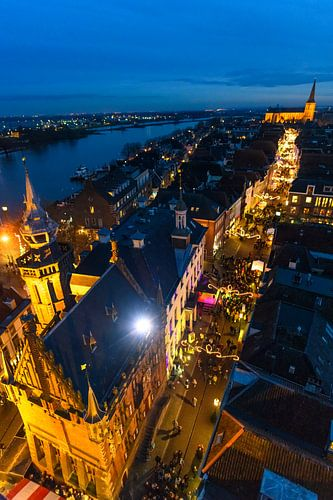 Zicht op de Hanzestad Kampen van bovenaf in de avond