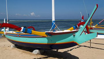 Gekleurde vissers boot (Jukung) op het strand van Sanur. van Maurice de vries