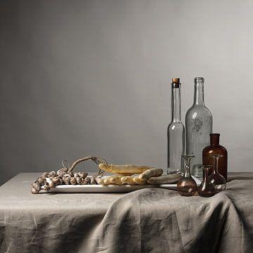 modernes Stillleben mit Spargel, Muscheln und Glaswaren [quadratisch].