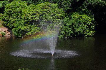 Fontein met regenboog von Stefanie van der Meer