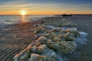 Schuim op het strand Texel van