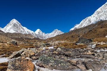 Onderweg naar de Mount Everest, de Chomolungma, de Moedergodin van de Aarde. van Ton Tolboom