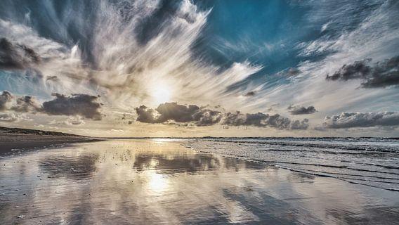 Laagstaande zon boven duin strand en de noordzee