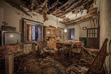 Vervallen eetkamer in verlaten huis van Inge van den Brande