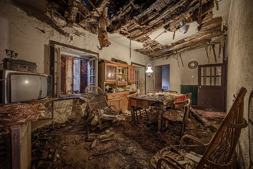 Abgelaufener Speisesaal in verlassenem Haus von Inge van den Brande