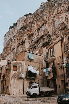 De stijle straten van Cefalu onder de rotsen. Sicilië, Italië van Manon Visser