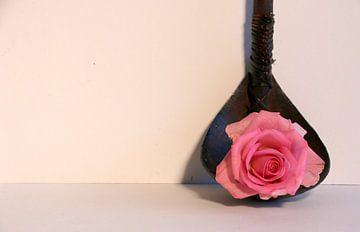 Stilleven; Roze roos op een lepel van Cora Unk