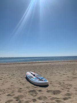Paddleboard op het strand. van Eric Reijbroek