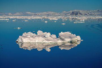 Eisscholle mit Spiegelung Spitzbergen von Merijn Loch