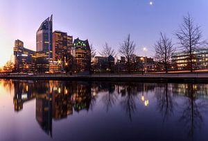 De skyline van het centrum van Den Haag Nederland tijdens de zonsopkomst van