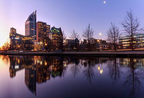 De skyline van het centrum van Den Haag Nederland tijdens de zonsopkomst
