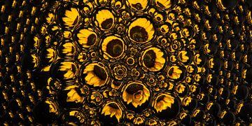 Panorama einer Sonnenblume in Tropfen (gelb) von Marjolijn van den Berg