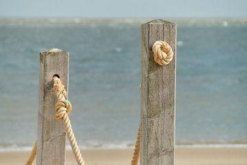Holzpfosten mit Seil von Ad Jekel