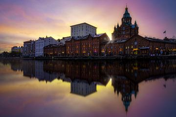 Sonnenaufgang in der Uspenski-Kirche in Helsinki von Roy Poots