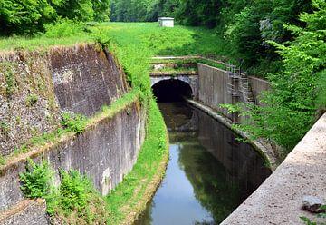 Tunnel in de rivier de Yonne in Bourgogne, Frankrijk van Gert Bunt