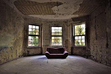 Rotes Sofa Komplettansicht von Ramona Peter