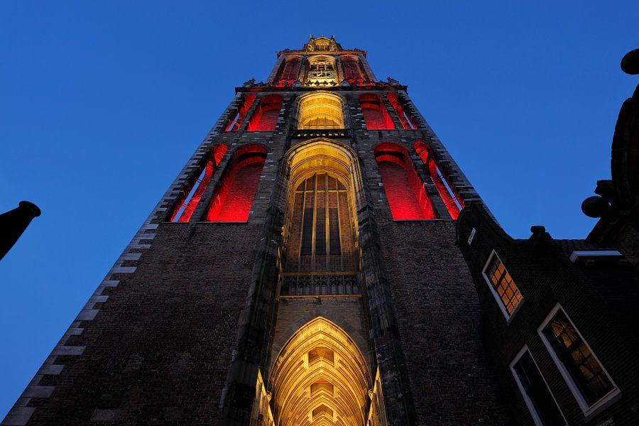 Roodwitte Domtoren in Utrecht gezien vanaf de Servetstraat van Donker Utrecht