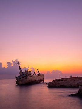 Zonsondergang en scheepswrak vlakbij Paphos in Cyprus van Teun Janssen