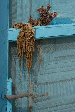 Blauwe deur op Grieks eiland van Simone Meijer