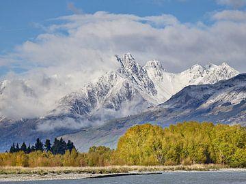 Mount Bonpland en Herfstbomen bij de rivier van Keith Wilson Photography