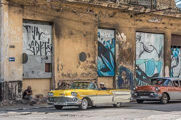 Gele oldtimer in downtown Havana Cuba van Celina Dorrestein