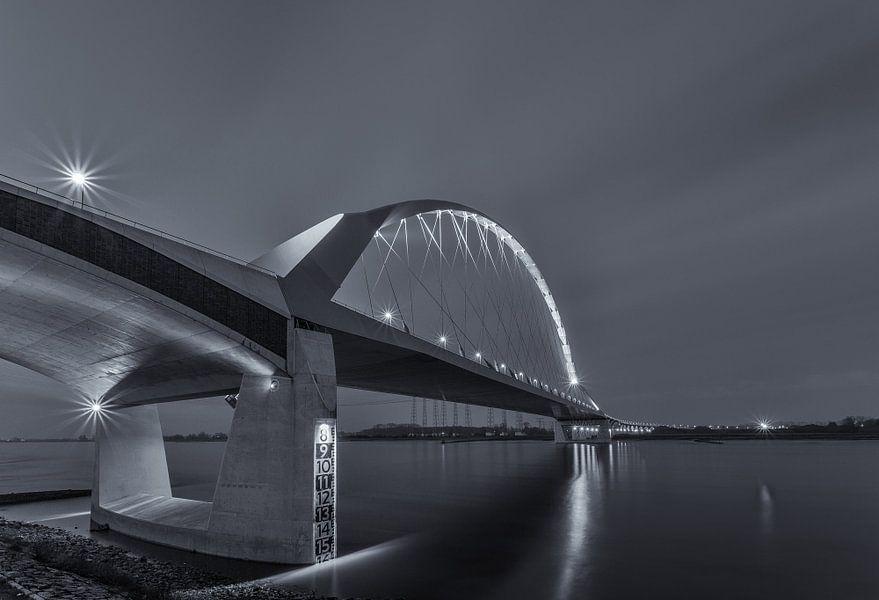De Oversteek - Nijmegen (Zwart-wit) van Tux Photography