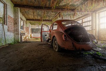 volkswagen kever in een verlaten garage van Kristof Ven