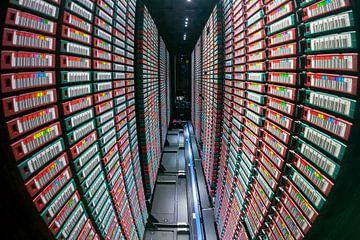 Datenspeicherung auf Bändern; Innere eines IBM Bandroboter mit Hunderten von digitalen Bändern von Evert Jan Luchies