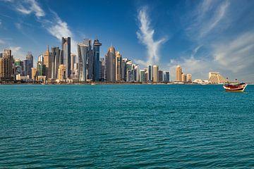 Doha Skyline von der Corniche Promenade Nachmittag Schuss zeigt Dhows mit Katar Flagge in arabischen von Mohamed Abdelrazek
