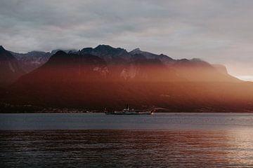 Zwitsers meer in de Alpen tijdens zonsondergang. van Jessie Jansen