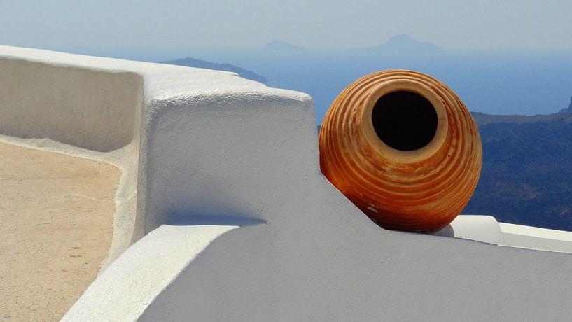 Stilleven van kruik op Santorini van Henny Hagenaars