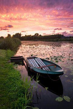 Altes Ruderboot im Kanal bei Sonnenuntergang von iPics Photography