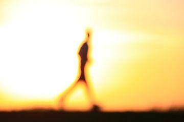 Hardloper tijdens zonsondergang van Bobsphotography
