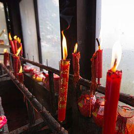 Brennende rote Kerzen im chinesischen buddhistischen Tempel von Ger Beekes