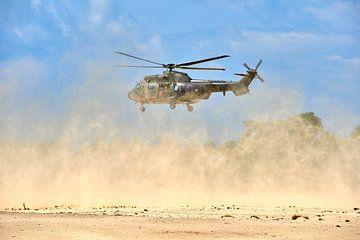 Landing met Cougar transporthelikopter doet veel stof opwaaien. van Jenco van Zalk