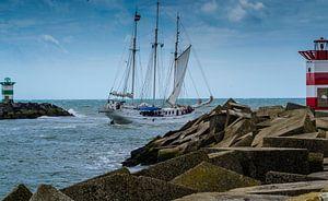 Driemaster vaart uit de haven van Scheveningen