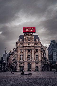 Groot Coca Cola reclamebord op classicistisch gebouw, Brouckèreplein Brussel van Daan Duvillier
