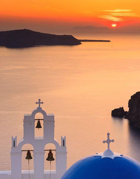 Zonsondergang Agioi Theodoroi kerk in Firostefani, Santorini van Henk Meijer Photography