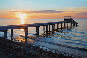 Holzsteg am Meer bei Sonnenuntergang von Susanne Bauernfeind
