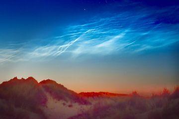 Leuchtende Nachtwolken am Morgenhimmel. von Kaap Hoorn Gallery