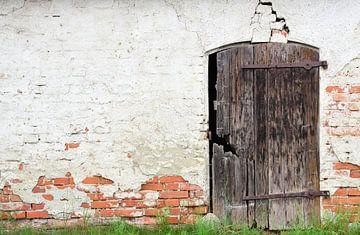 Een oude gebroken houten deur van Ulrike Leone