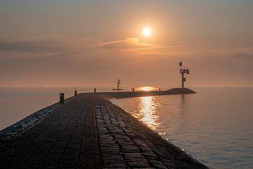 Zonsopkomst boven een pier van Michel Knikker