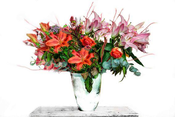 OP een witte achtergrond uitgesneden vaas met kleurig boeket bloemen