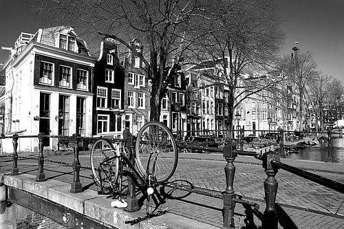 Typische fiets aan de gracht in Amsterdam