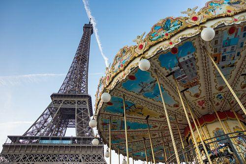 Draaimolen voor de Eiffeltoren in Parijs van