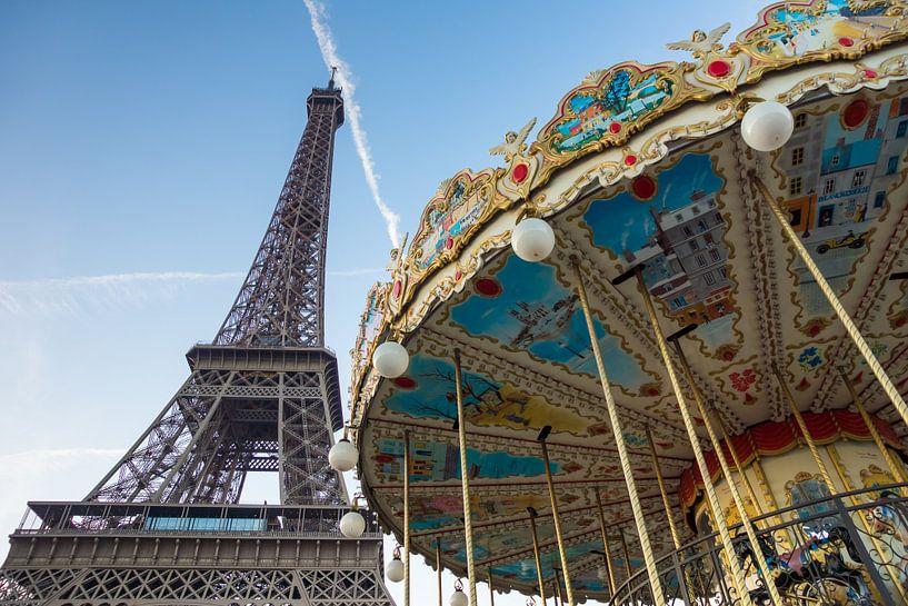Draaimolen voor de Eiffeltoren in Parijs van Michel van Kooten
