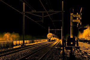 Gesolariseerde zwart-wit foto van een Hollandse trein in mist bij spoorwegovergang van